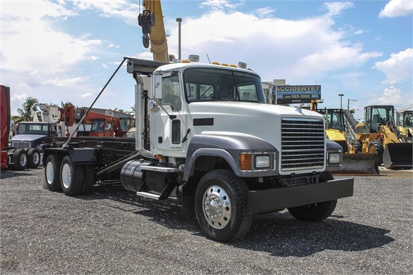 USED 2009 MACK PINNACLE CHU613 ROLL-OFF TRUCK #576433