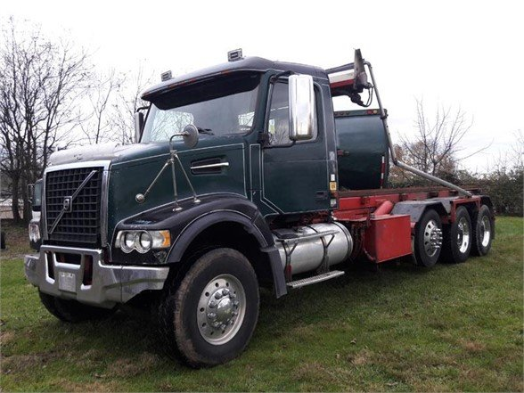 USED 2007 VOLVO VHD84B200 ROLL-OFF TRUCK #603963